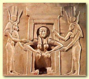 מלכה מצריה כורעת ללדת