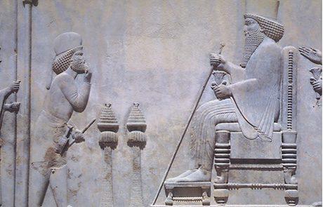 ארמון אחשוורוש, שושן הבירה, כסא המלכות והכתר